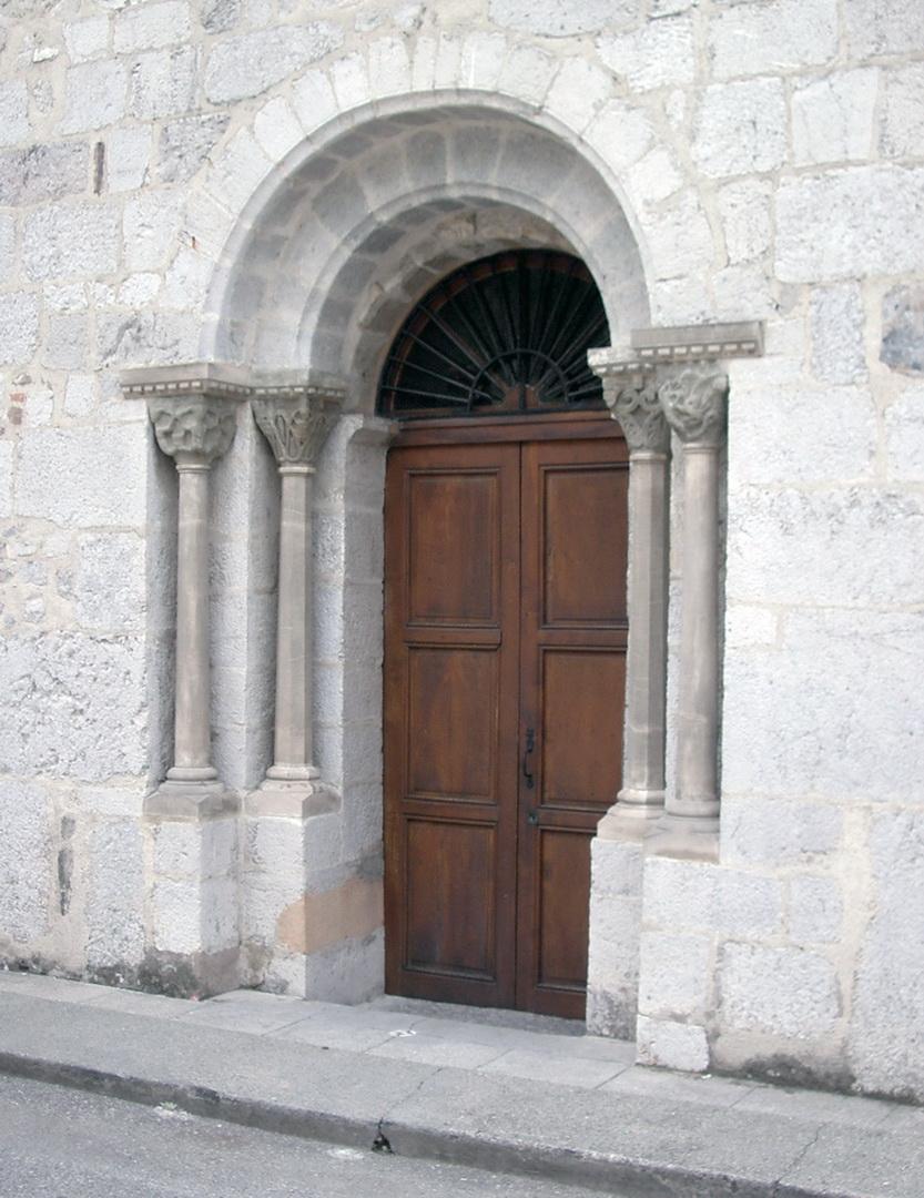 Portail classé de l'église.  XIIe siècle