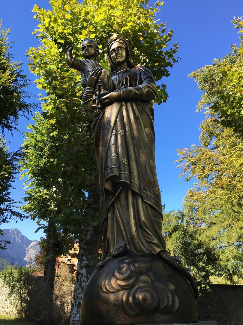 Notre Dame de France dans le parc de la mairie